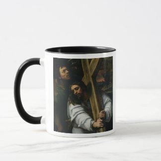 十字、c.1535 (パネルの油)を運んでいるイエス・キリスト マグカップ