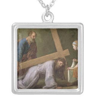 十字、c.1651を運んでいるキリスト シルバープレートネックレス