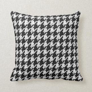 千鳥格子のでクラシックな白黒トスの枕 クッション