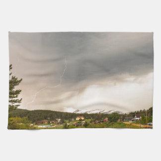 午後のRollinsvilleコロラド州の雷雨 キッチンタオル