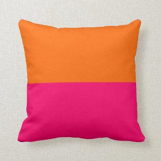 半分オレンジおよび明るいピンク クッション
