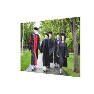 卒業に歩いている教授および学生 キャンバスプリント