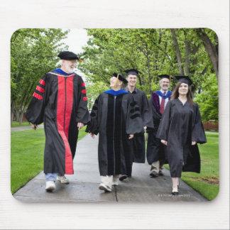 卒業に歩いている教授および学生 マウスパッド