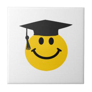 卒業の帽子が付いている大学院のスマイリーフェイス タイル
