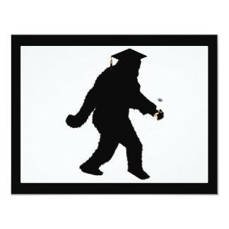 卒業生の帽子との卒業のサスカッチ カード