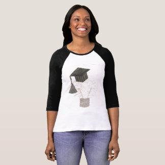 卒業生の球根背景の女性無しのRaglanの上 Tシャツ