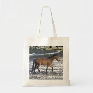 南にデボンのビーチのDartmoorの子馬の小走りに走ること トートバッグ
