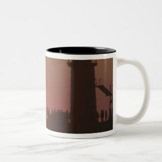 南の人々の灯台日没のシルエット ツートーンマグカップ