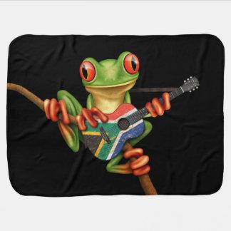 南アフリカの旗のギターの黒を遊んでいるアマガエル ベビー ブランケット
