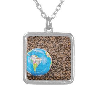 南アメリカの地球を持つ多くの全コーヒー豆 シルバープレートネックレス