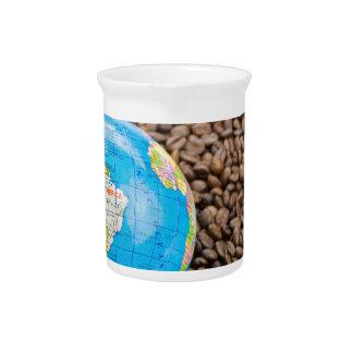 南アメリカの地球を持つ多くの全コーヒー豆 ピッチャー