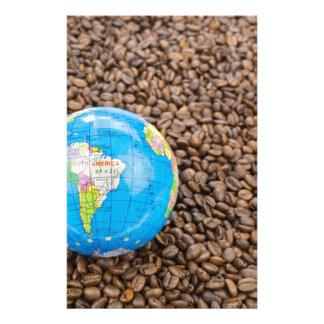 南アメリカの地球を持つ多くの全コーヒー豆 便箋