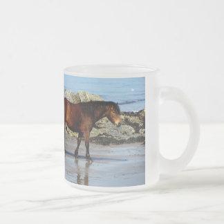 南デボンの遠隔ビーチのDartmoorの子馬 フロストグラスマグカップ