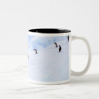 南極大陸の南極半島。 Chinstrap ツートーンマグカップ