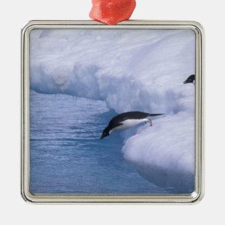 南極大陸のPauletの島。 アデリーペンギンの飛び込み メタルオーナメント