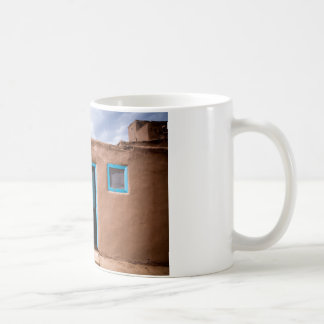南西Taos Adobeの村落の家のターコイズのドア コーヒーマグカップ