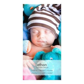単にモダンな男の子のベビーの写真の誕生の発表 カード