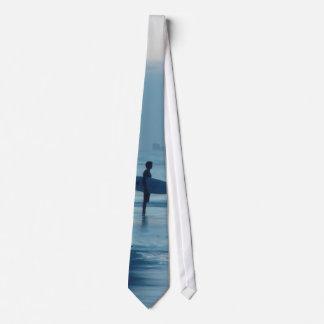 単独サーファーの薄暗がりのPonceの入口FLのビーチの潮タイ オリジナルネクタイ