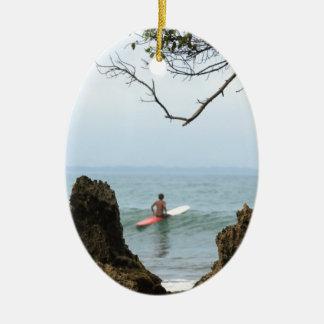 単独サーファーの静けさのサーフィン 陶器製卵型オーナメント