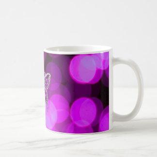 単独蝶-すみれ色の軽い背景 コーヒーマグカップ