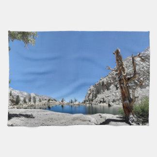 単独pine湖- Mtウィットニーの道-シエラネバダ山脈 キッチンタオル