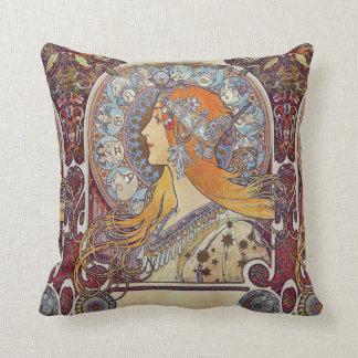 (占星術の)十二宮図および彼女のティアラのアルフォンス島のミュシャのファインアート クッション