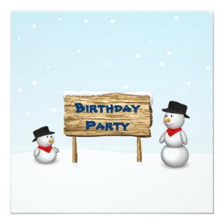 印-誕生日の招待状が付いているかわいい雪だるま カード