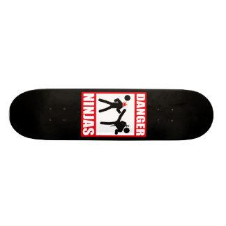 危険の忍者 スケートボード