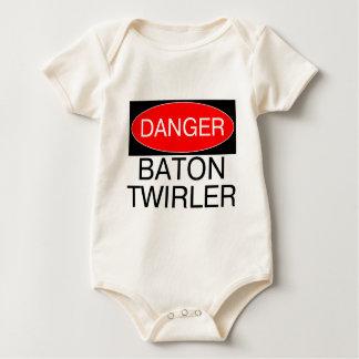 危険-バトンガールのおもしろいな回るTシャツのマグ ベビーボディスーツ