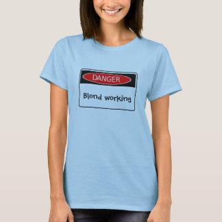 危険、ブロンドに働くこと Tシャツ