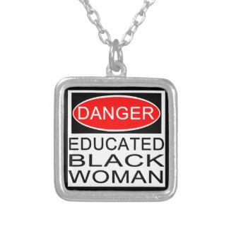 危険: 教育がある黒人女性 シルバープレートネックレス