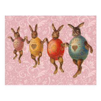 卵のコスチュームによって踊るヴィンテージのイースターのウサギ ポストカード