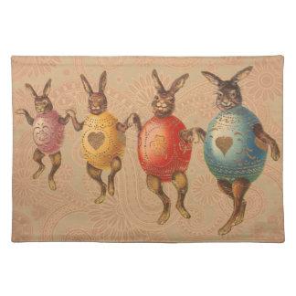 卵のコスチュームによって踊るヴィンテージのイースターのウサギ ランチョンマット