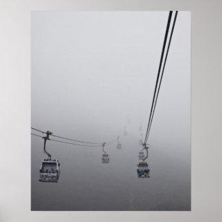 厚い霧のNgongのポーンのケーブル・カー ポスター