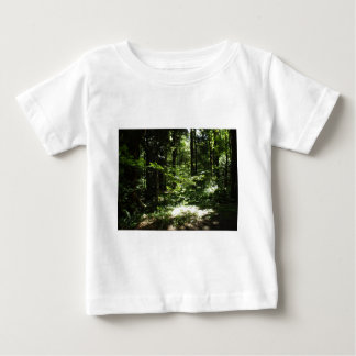 厚く山の森林の ベビーTシャツ