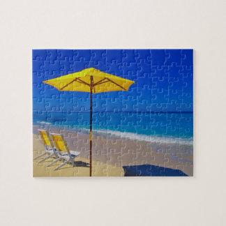 原始的の黄色いビーチパラソルそして椅子 ジグソーパズル