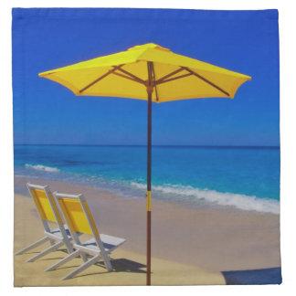 原始的の黄色いビーチパラソルそして椅子 ナプキンクロス