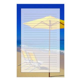 原始的の黄色いビーチパラソルそして椅子 便箋