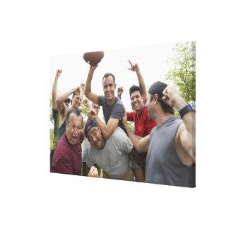 友人と祝うサッカーボールを上げている人 キャンバスプリント