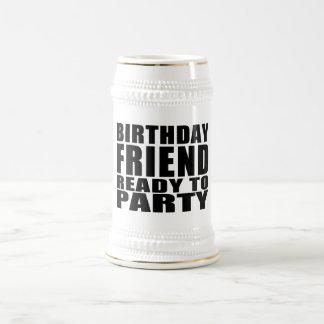 友人: パーティを楽しむこと準備ができている誕生日の友人 ビールジョッキ