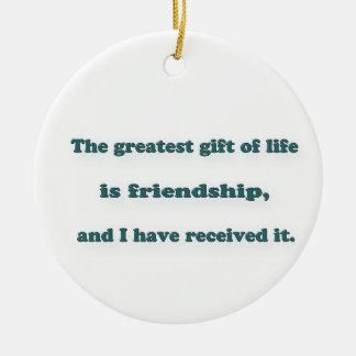友情の引用文-生命の最も素晴らしいギフトは…あります 陶器製丸型オーナメント