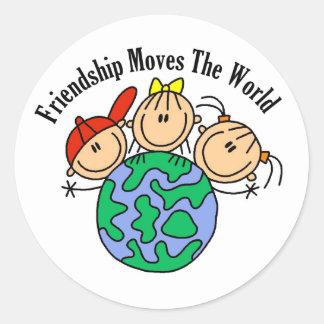 友情は世界のTシャツおよびギフトを動かします ラウンドシール