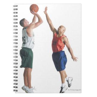 反対のチームで服を着る2人の若者 ノートブック