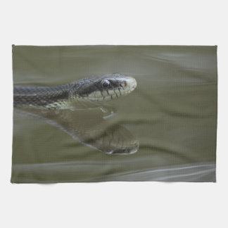 反射の水ヘビの水泳 キッチンタオル