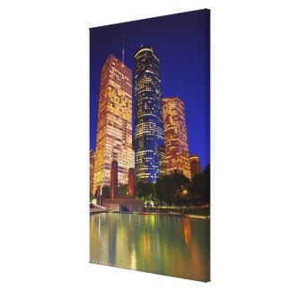 反映される都心のヒューストンの超高層ビル キャンバスプリント