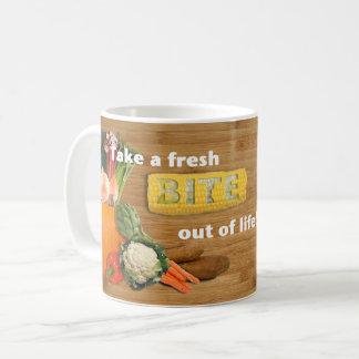 """""""取って下さい生命から新しいかみ傷を!"""" 野菜のマグ コーヒーマグカップ"""