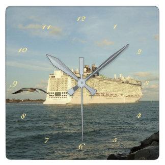 叙事詩の追求-遊航船の後のカモメ スクエア壁時計