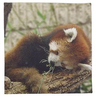 口の食糧を持つかわいい睡眠のレッサーパンダ ナプキンクロス