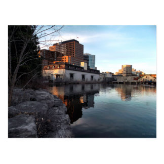 古いから新水辺地帯の建物の外皮ケベックへの ポストカード