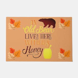 古いくまは彼の蜂蜜とここに住んでいます ドアマット